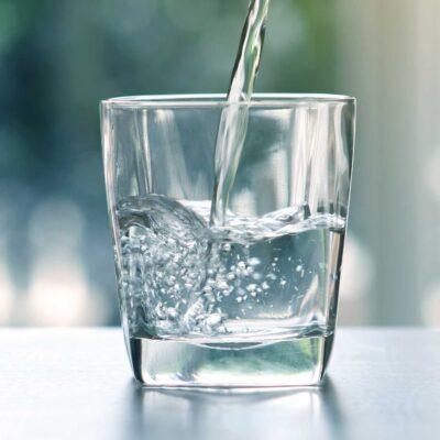 Trinkwasser mit Zirbengeschmack im Glas