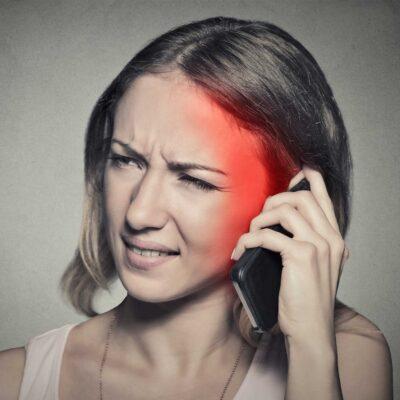 Handystrahlung SAR Wert Frau mit Schmerzen
