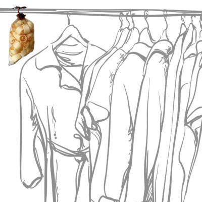Zirbenduftsackerl im Kleiderschrank