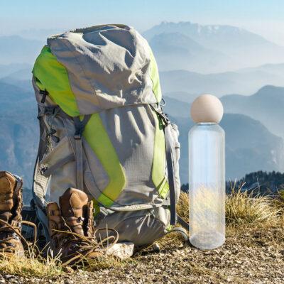 ZirbenTrinkflasche beim Wandern neben Rucksack